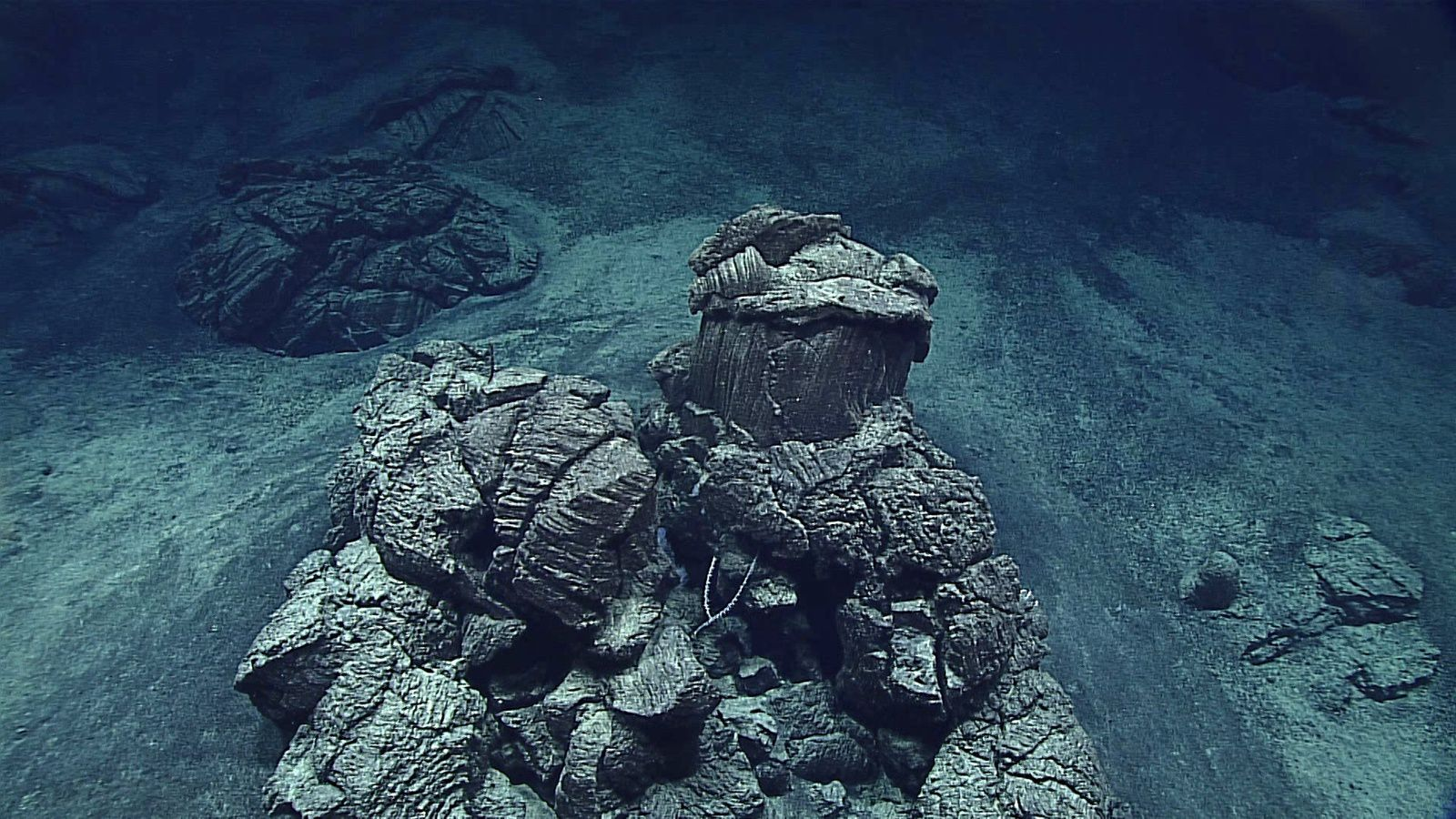 "Fina Nagu C – affleurement isolé de pillow lava entouré de sédiments, appelé "" mushroom pillow /  coussin en champignon "" - Image courtesy of NOAA Office of Ocean Exploration and Research, 2016 Deepwater Exploration of the Marianas"
