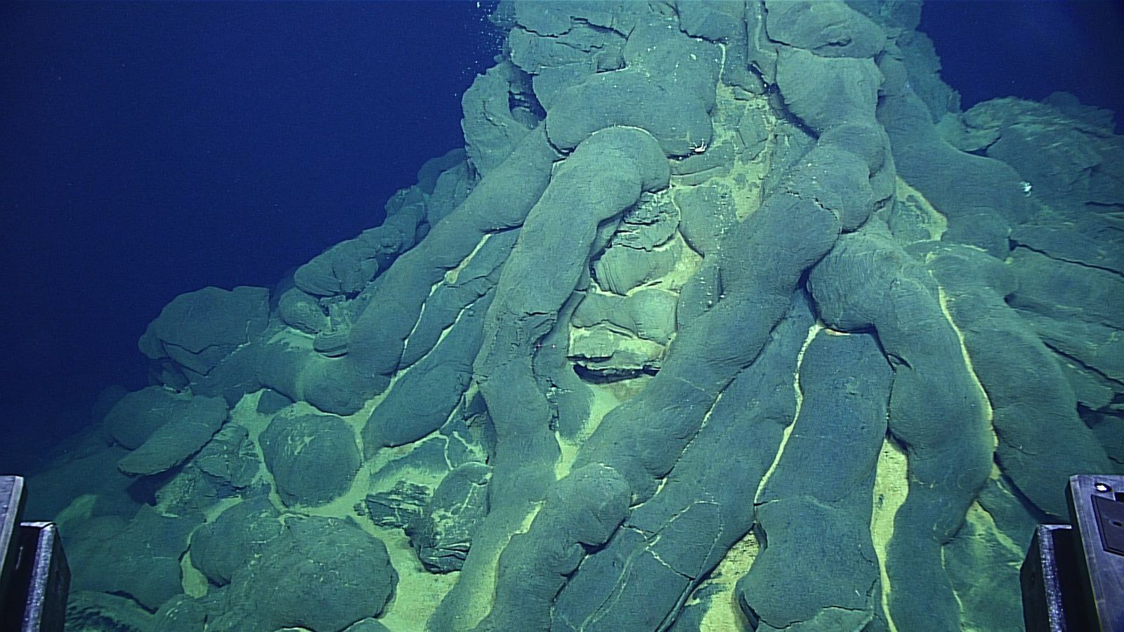 Mariannes - monticule  de pillow lavas  - Image courtesy of the NOAA Office of Ocean Exploration and Research, 2016 Deepwater Exploration of the Marianas. - apr30-hires