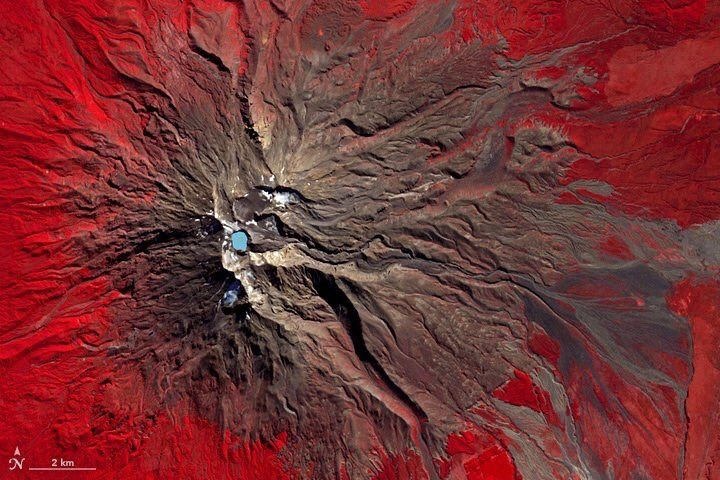 Ruapehu - photo en fausses couleurs (végétation en rouge - roches en brun) - doc. Nasa Terra ASTER 20.04.2016