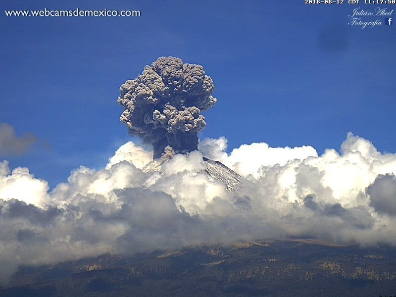Development of the eruptive plume of Popocatepetl on 12/06/2016 at 11:17 and 11:19 respectively - photos webcams de Mexico