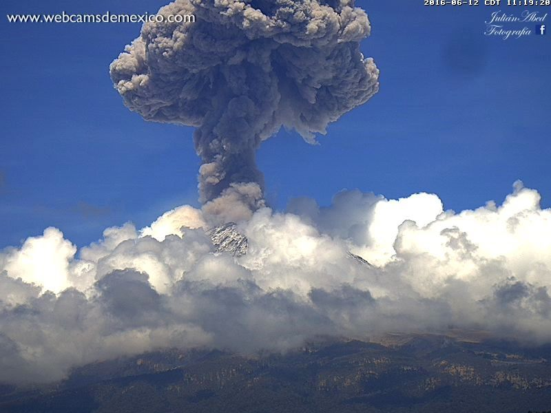 Dévellopement du panache éruptif du Popocatépetl le 12.06.2016, respectivement à 11h17 et 11h19 - photosn webcams de Mexico