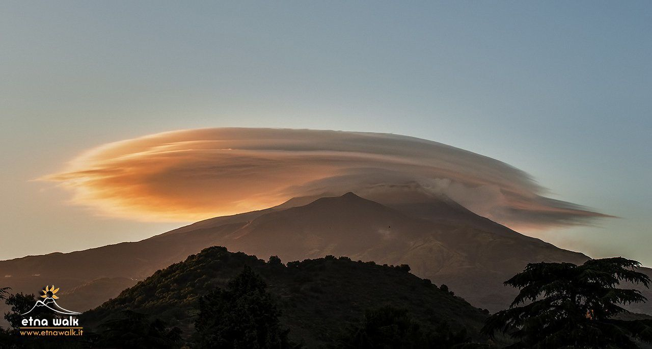 Etna - nuages lenticulaires en pile d'assiettes - photo EtnaWalk via Twitter
