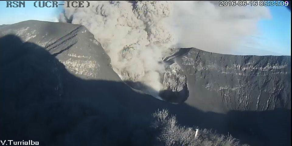 Turrialba - émission passive de cendres le 16.06.2016 - 5h34 - webcam RSN