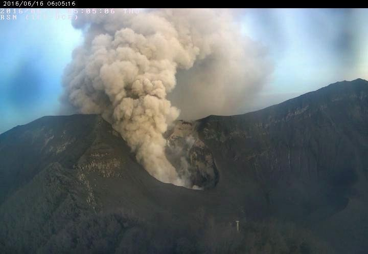 Turrialba - émission passive de cendres le 16.06.2016 - 6h05 - webcam RSN