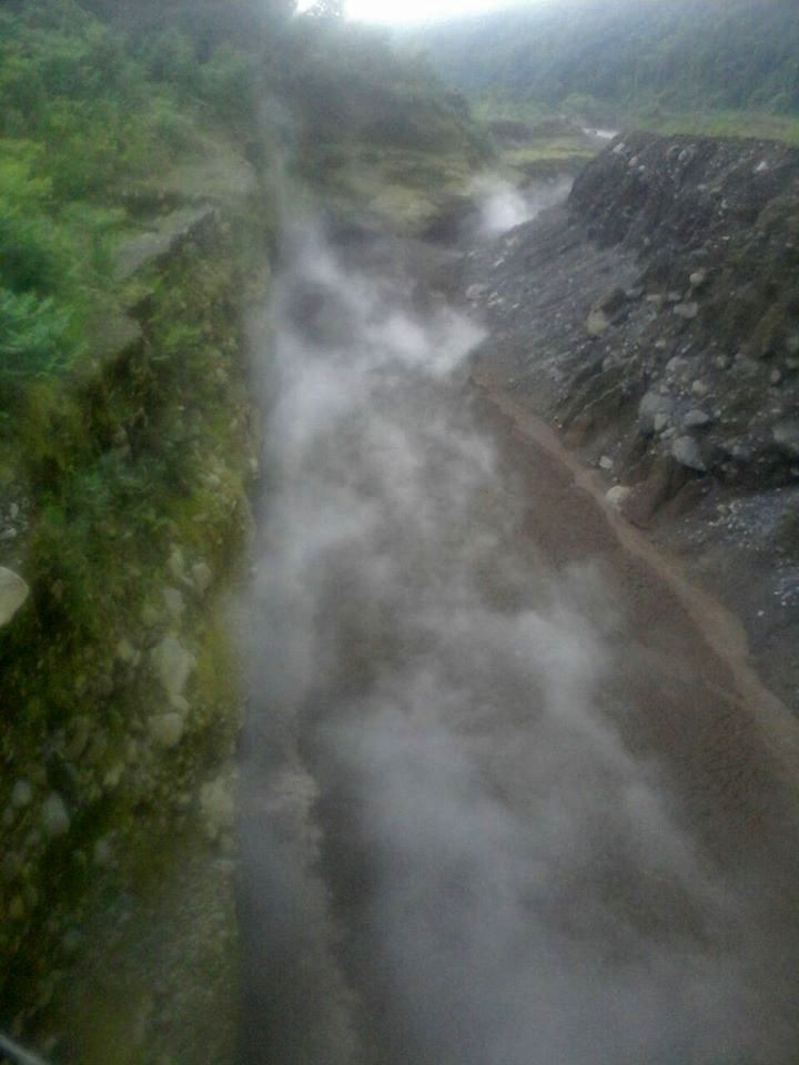 Hot lahar in theafternoon of 06.19.2016 towards the Rio Nima - photo Conred