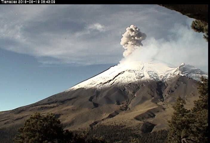 Popocatépetl - the explosion 06.19.2016 / 8:43 - webcam Tlamacas / CENAPRED