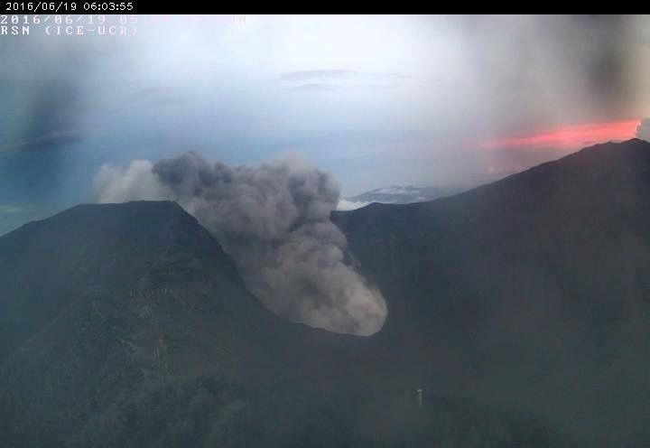Turrialba - passive emission of ash from 19.06.2016 / 6:03 - RSN webcam