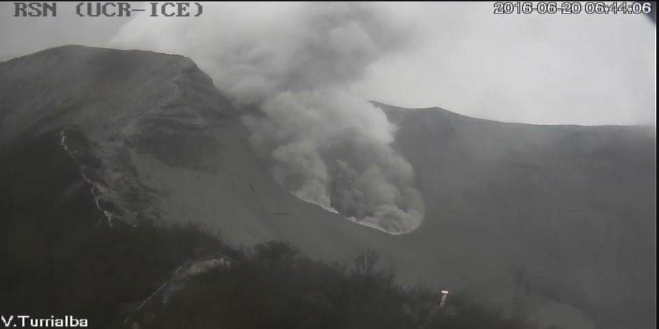 Turrialba - émission passive de cendres le 20.06.2016 / 6h44  - webcam RSN
