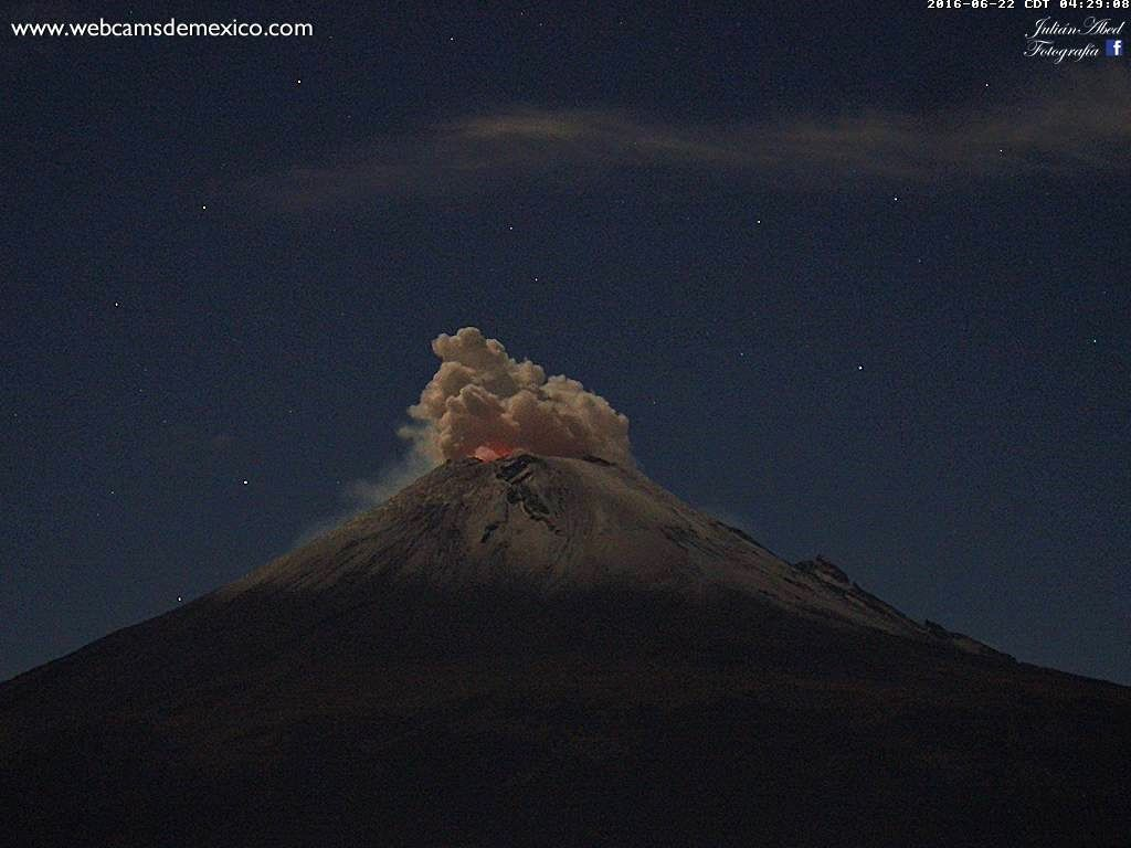 Popocatépetl - slight degassing and night glow 22.06.2016 / 4:29 - photo Webcams Mexico