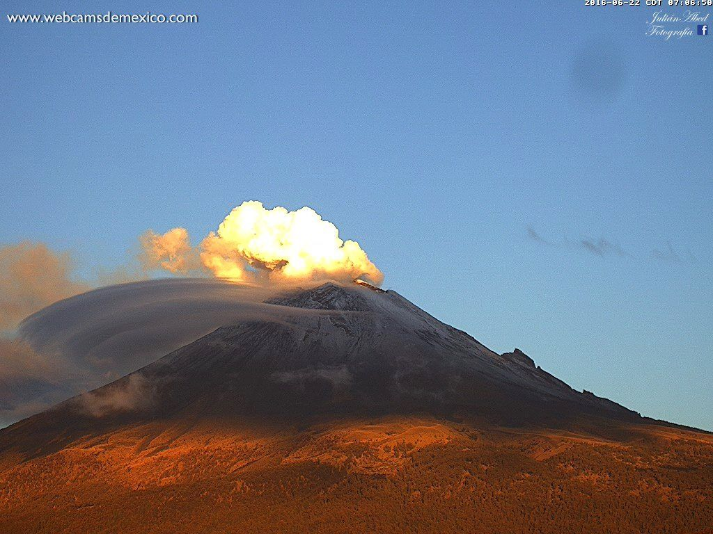Popocatépetl - 06.22.2016 / 7:06 - degassing and lenticular clouds - photo webcam Mexico