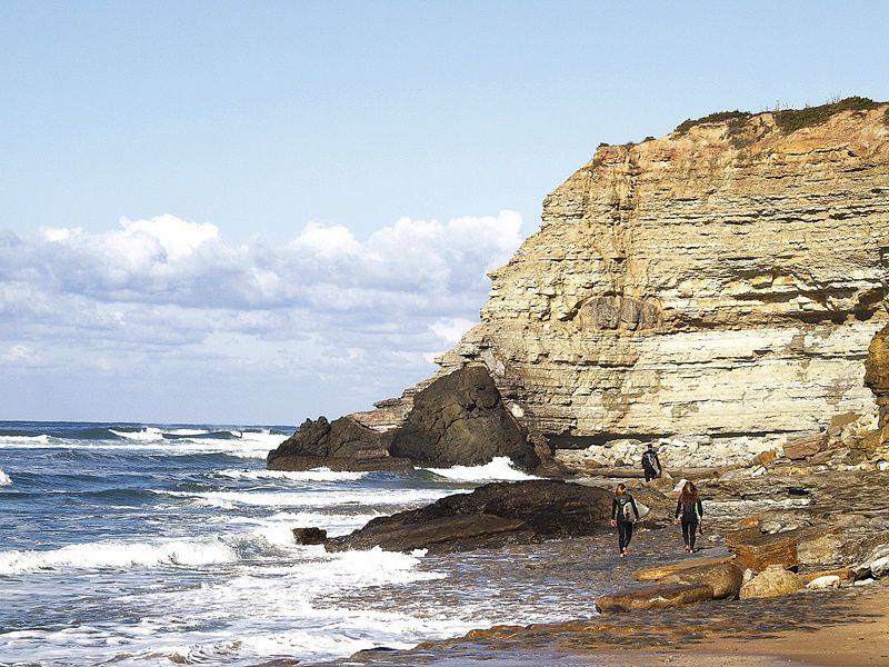 Ribeira d'Ilhas - stratified cliffs and laccolith (dark rock) - photo reflexosonline.
