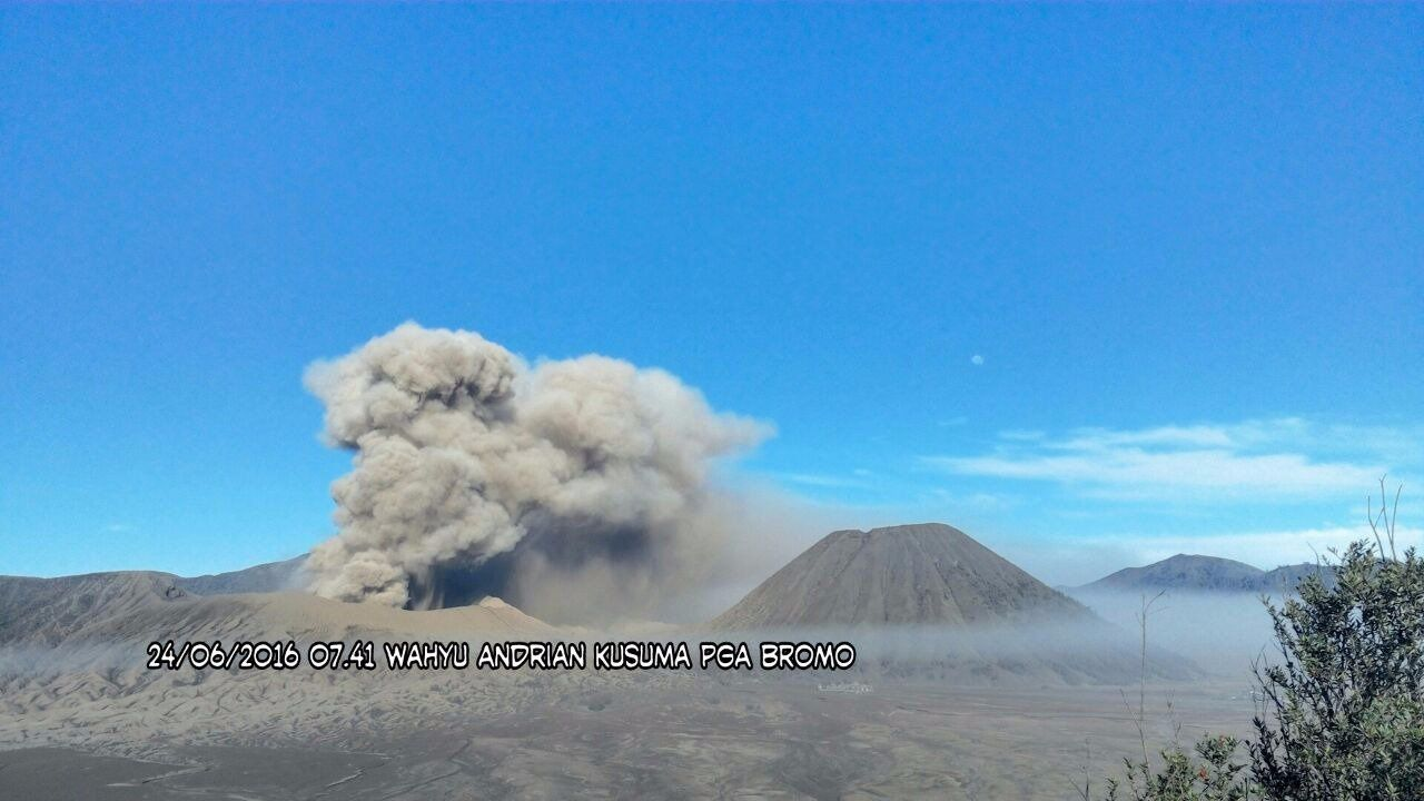 Bromo - l'éruption continue - photo Sutopo Purwo Nugroho / Twitter 24.06.2016 / 7h41