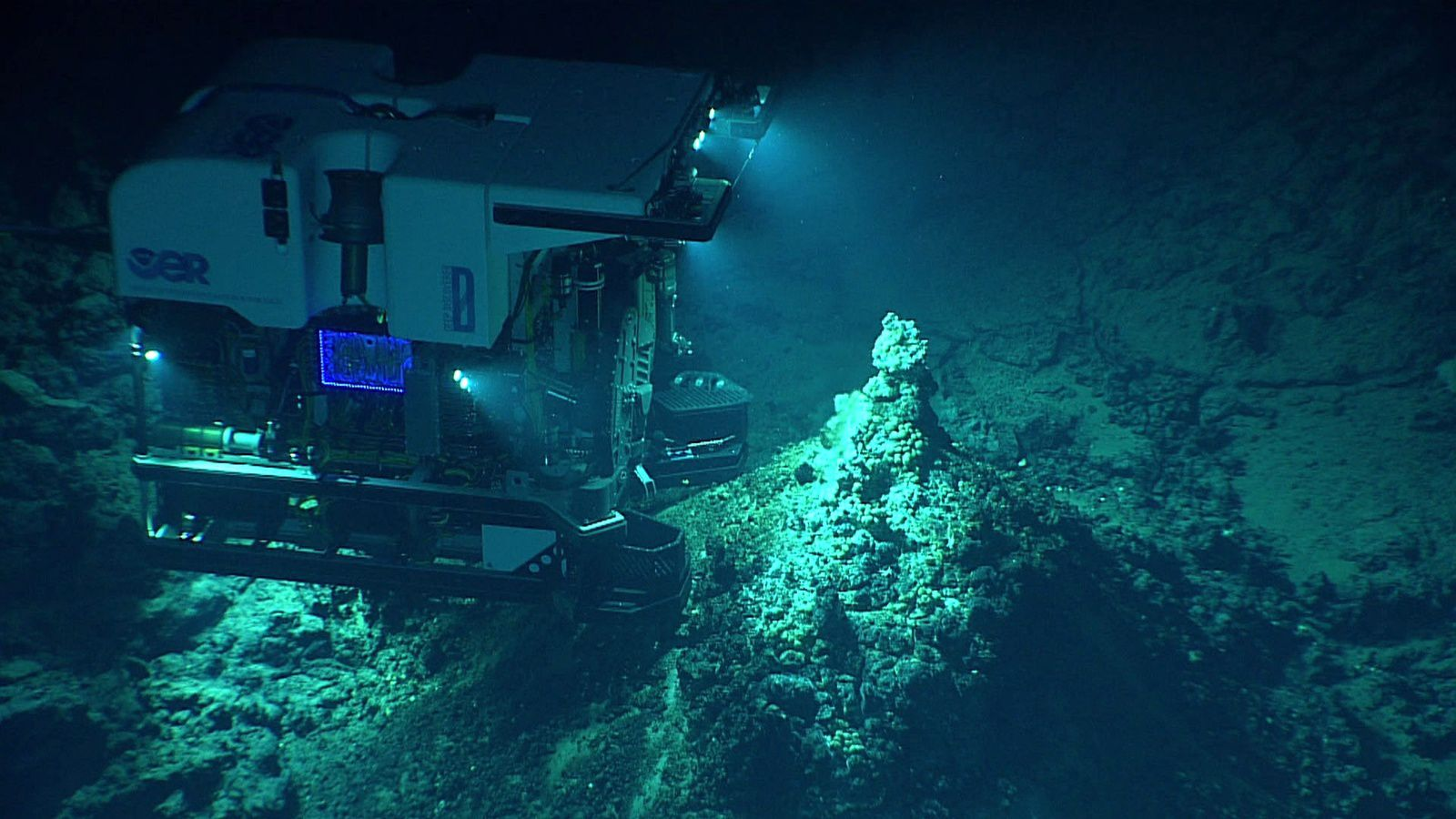 Le ROV Deep Discover sur les évents du Chamorro seamount - 2016.06.24 - courtesy of the NOAA Office of Ocean Exploration and Research, 2016 Deepwater Exploration of the Marianas.