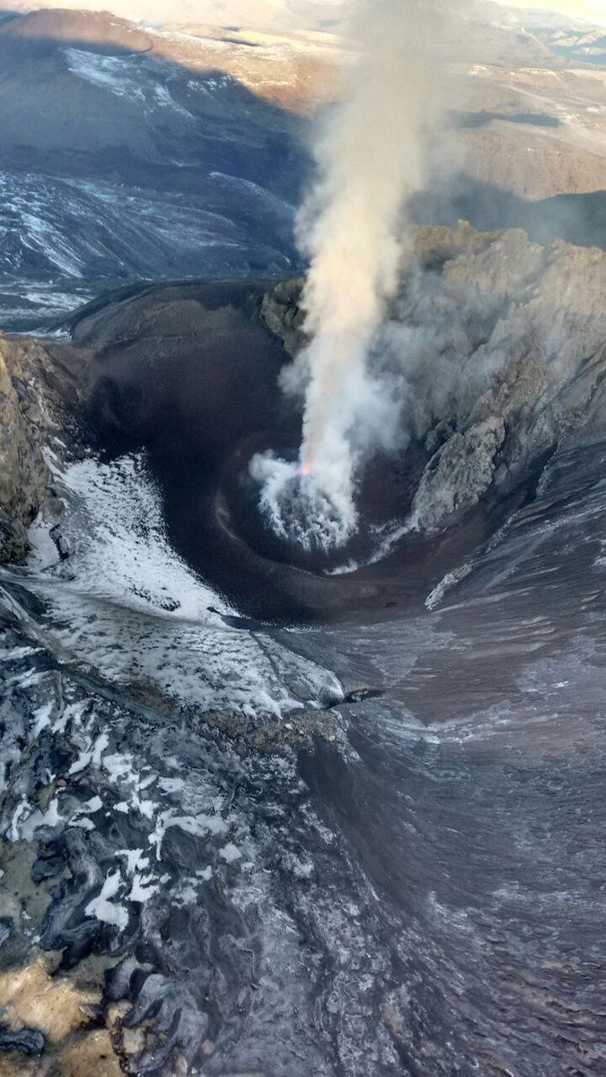 Copahue - 06/03/2016 - strombolian activity in the active crater - photo SERNAGEOMIN
