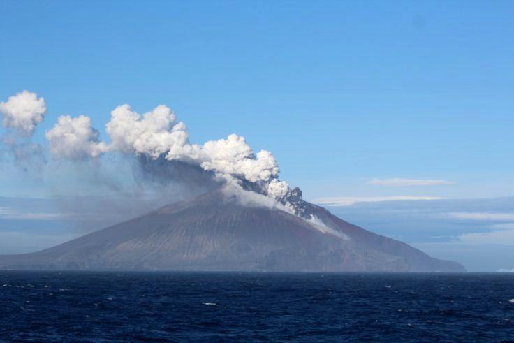 Le Mt.Curry en éruption - l'évént actif est sur le versant ouest, mais les vents dominants poussent cendres et fumerolles côté opposé - photo David Virgo / British Antarctic Survey.