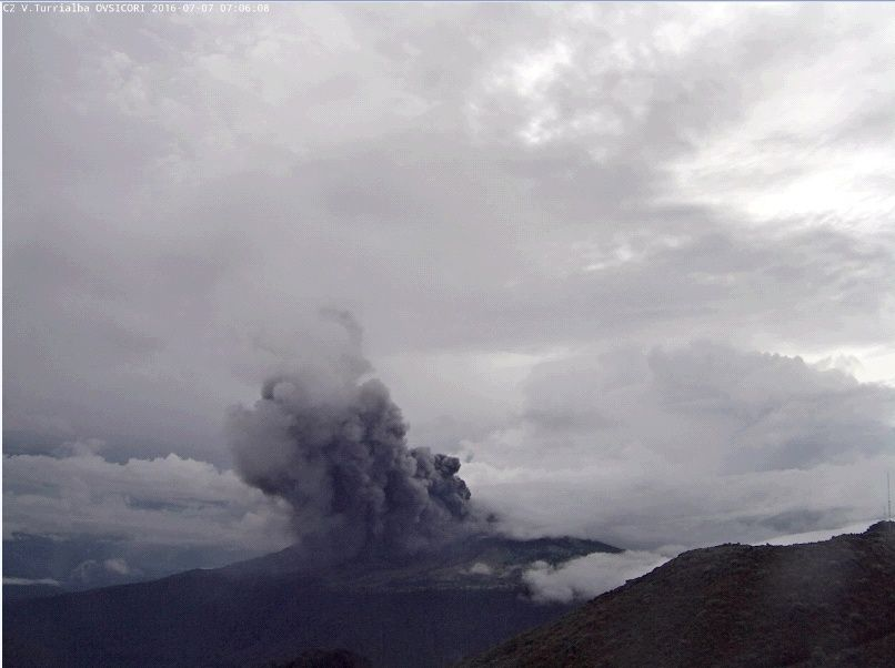 The Turrialba in eruption, seen from the nearby Irazu, the 07.07.2016 / 7:06 - photo Ovsicori