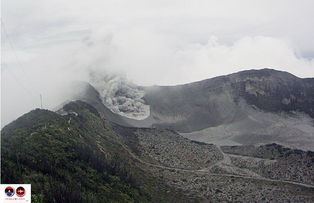 The crater of the Turrialba : passive ash emissions continue in the morning of 07.07.2016 - Photo Ovsicori