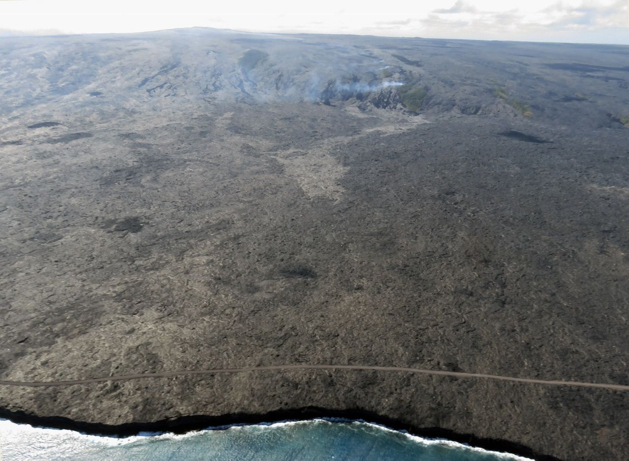 Pu'u O'o - Advanced of the 61g lava flox in direction of the ocean and the costal evacuation road, and fumaroles on the Pali - photo HVO