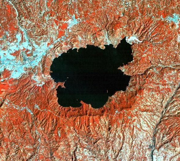 La caldeira de l'Ilopango et le lac - photo du dessus / Nasa - photo du dessous / combination of bands 2, 3 and 4 in a LANDSAT satellite image (1986). geo.mtu.edu (587x524)