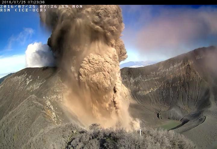 Turrialba - 07.25.2016 / 7:26 - beginning of the explosive eruption - RSN webcam