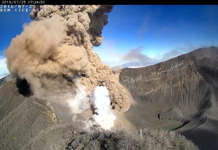 Turrialba - 07.25.2016 / 7:27 - development of a small plume of steam at the end of the pyroclastic flow - RSN webcam