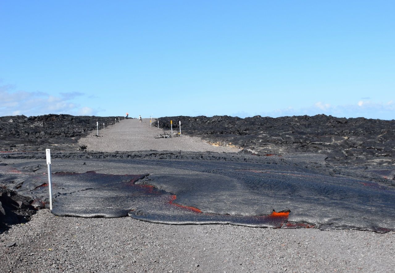 Hawaii / Kilauea - the lava flow 61G crosses the coastal road - HVO