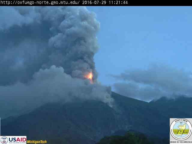 Fuego - 07.29.2016 / 11:21 - lava fountain and the ash plume; on the right, lava flow toward the barranca Las Lajas - webcam INSIVUMEH / USAID / Michigan Tech