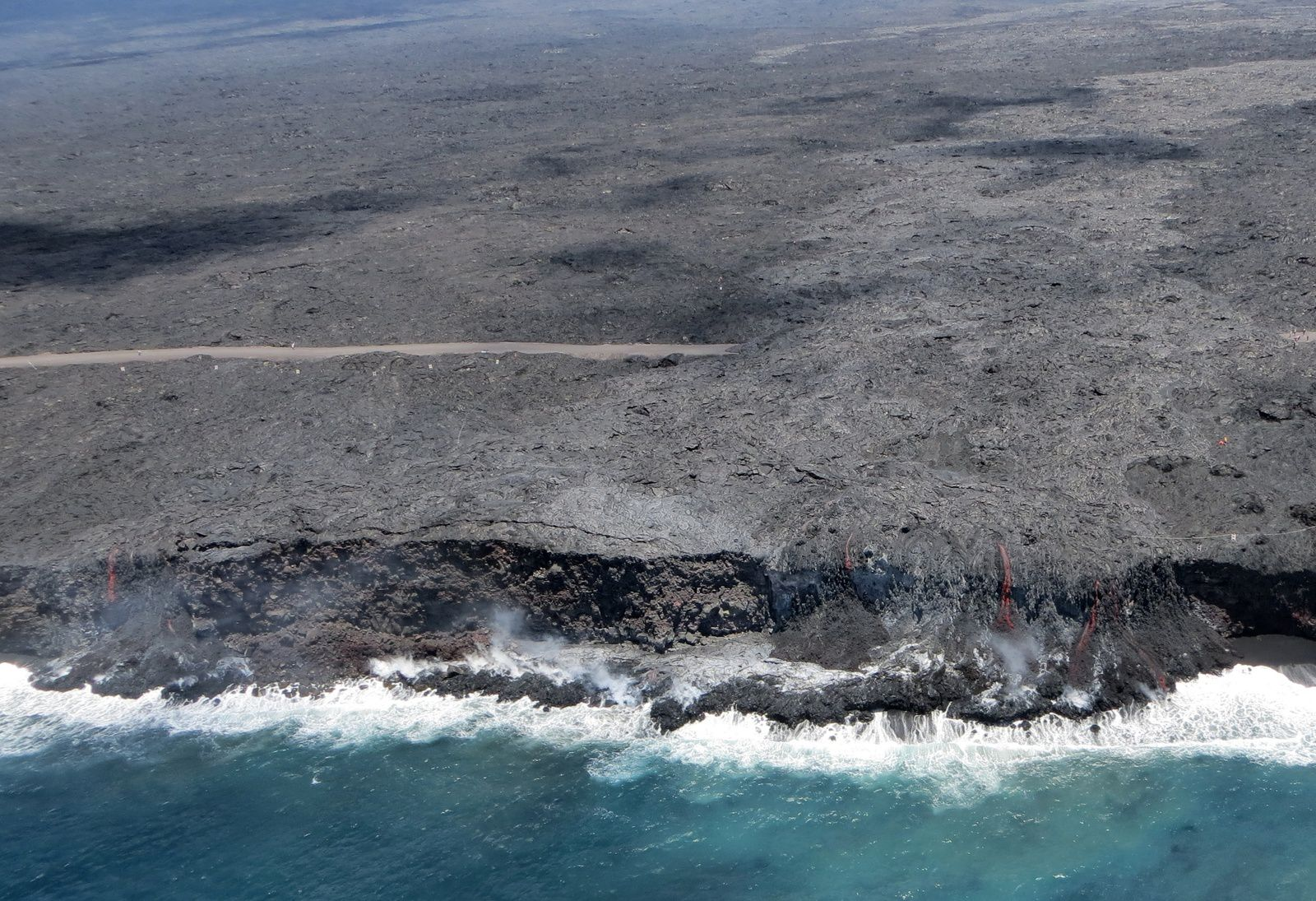 Hawaii / Pu'u O'o - two sea entrances of the lava flow 61G - close up of a photo HVO / USGS