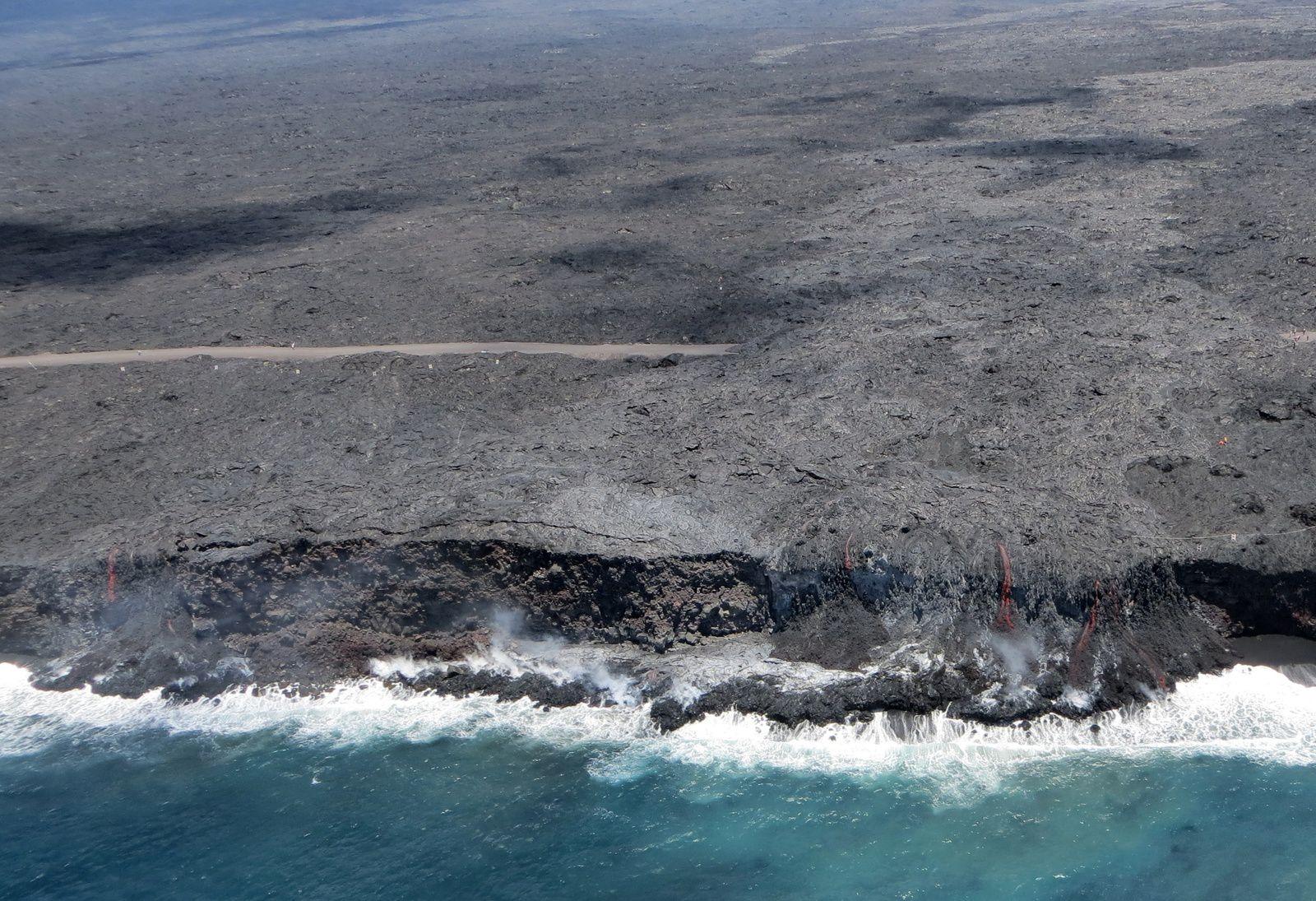Hawaii / Pu'u O'o - two sea entrances of the lava flow 61G - close up of a photo HVO / USGS