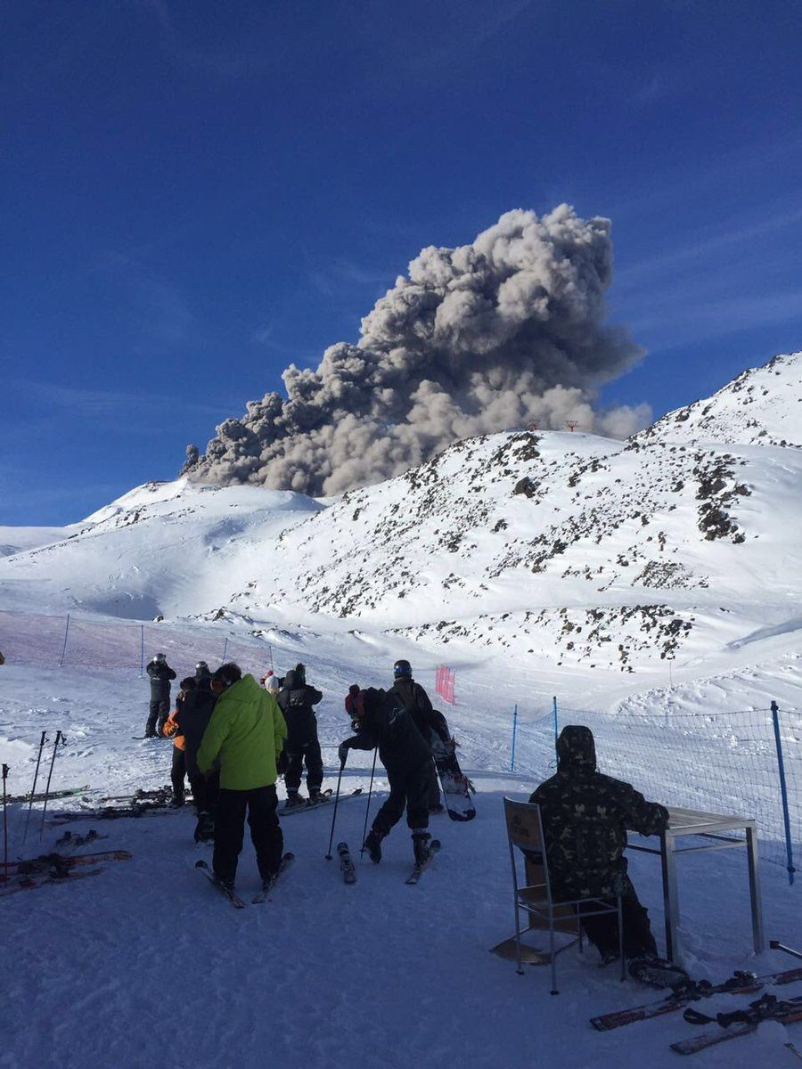 Nevados de Chillan  - l'éruption du 1°août 2016 vue par des skieurs - photo Juan Pablo Sweet /  Twitter