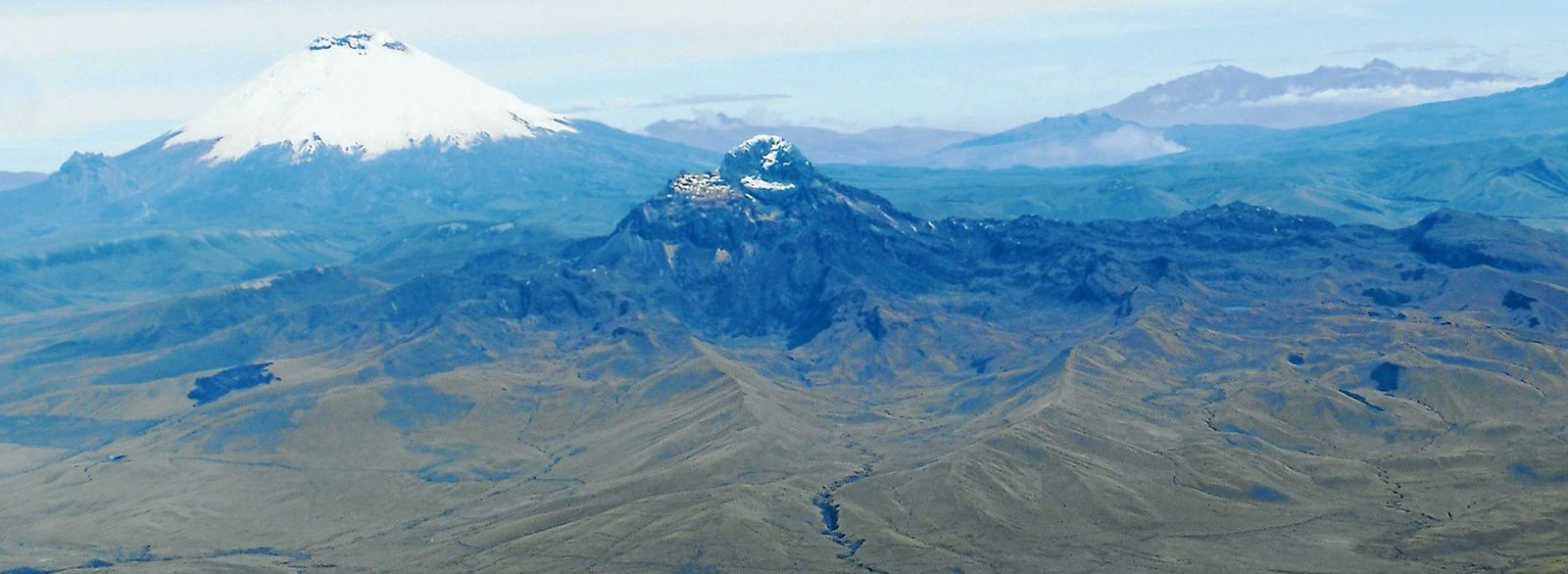 El Chalupas caldera - the Quilindaña in the center of the caldera, with Cotopaxi in the background. - Doc. El Comercio