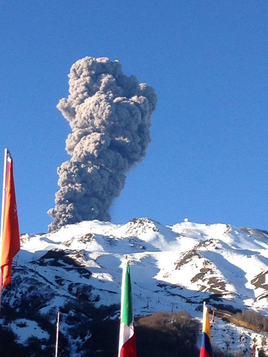 Nevados de Chillan - the plume of the explosion 08.08.2016 / 5:32 p.m. seen from ski resorts - photo SERNAGEOMIN