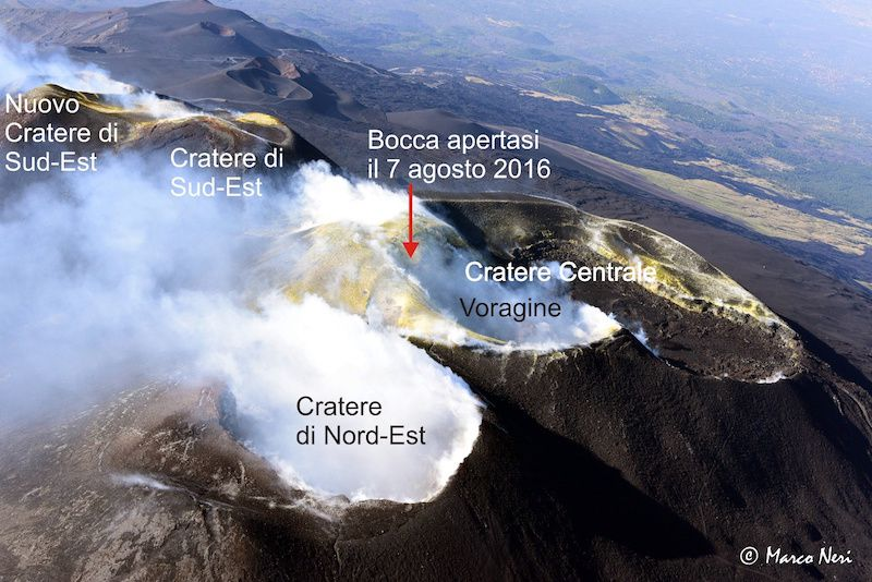 Etna - Overview of the summit July 14, 2016 by an AW139 helicopter provided by the 2 ° Nucleo Aereo della Guardia Costiera di Catania. A fracture field crosses the summit area since the eruption in May 2016, with widespread emission of fumaroles. The red arrow indicates the position of the mouth open on August 7, 2016 within the fracture zone - photo Marco Neri / La Gazzetta Siracusana