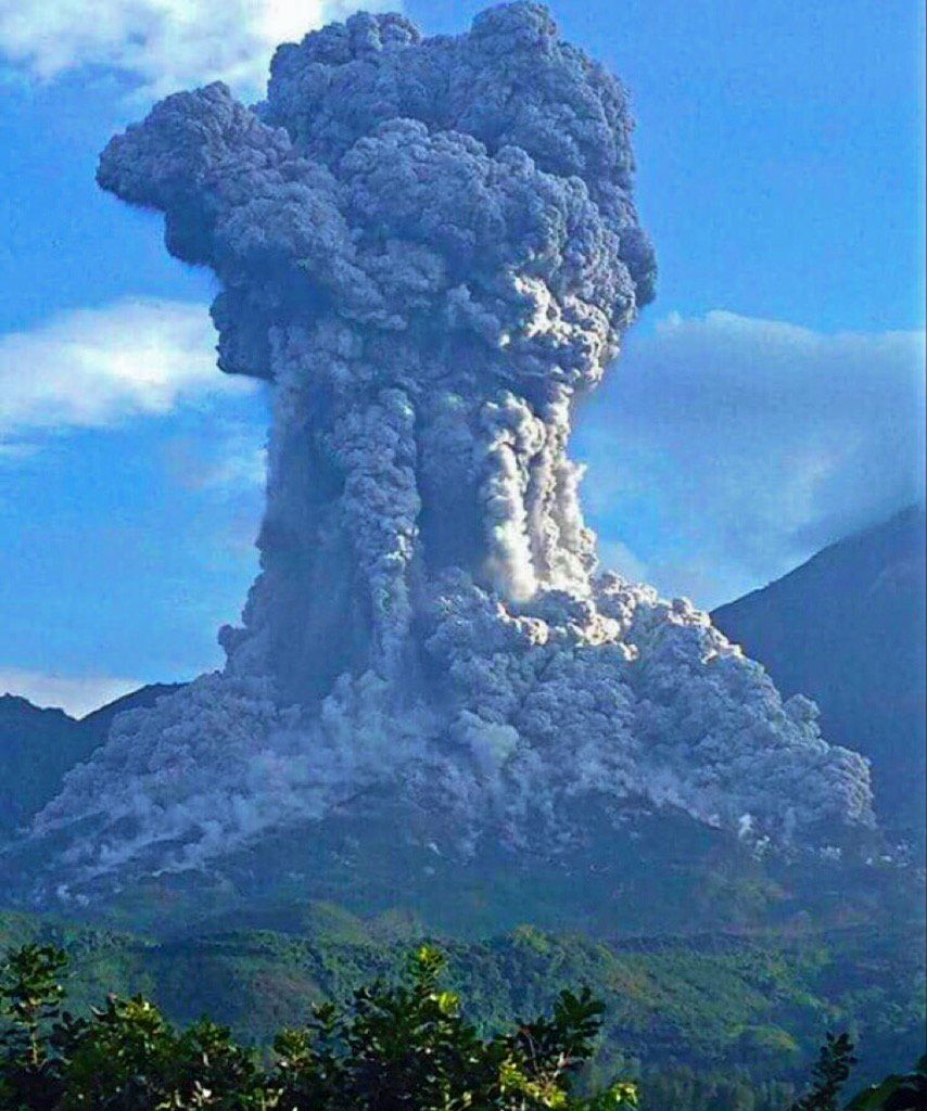 Santiaguito - 08.16.2016 / 6:58 loc. - Dynamic panache with budding at the top - two pyroclastic flows are visible on both sides of its base - the center of the image, fall of blocks leave impacts - photo INSIVUMEH