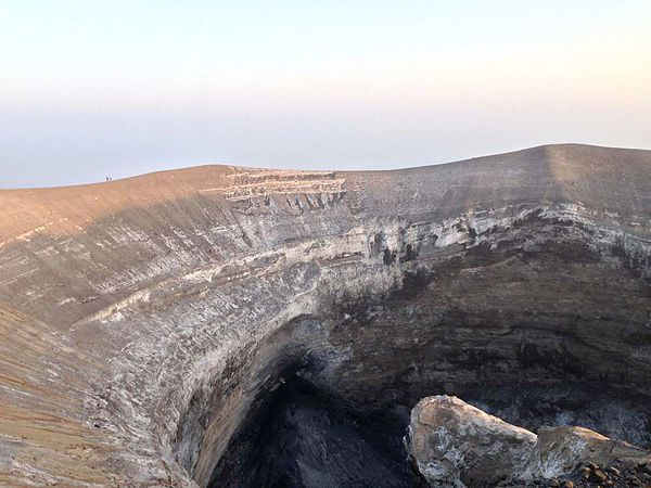 The crater of Lengai and his black carbonatite - photo Gian Schachenmann / GVP / 17-18.08.2013