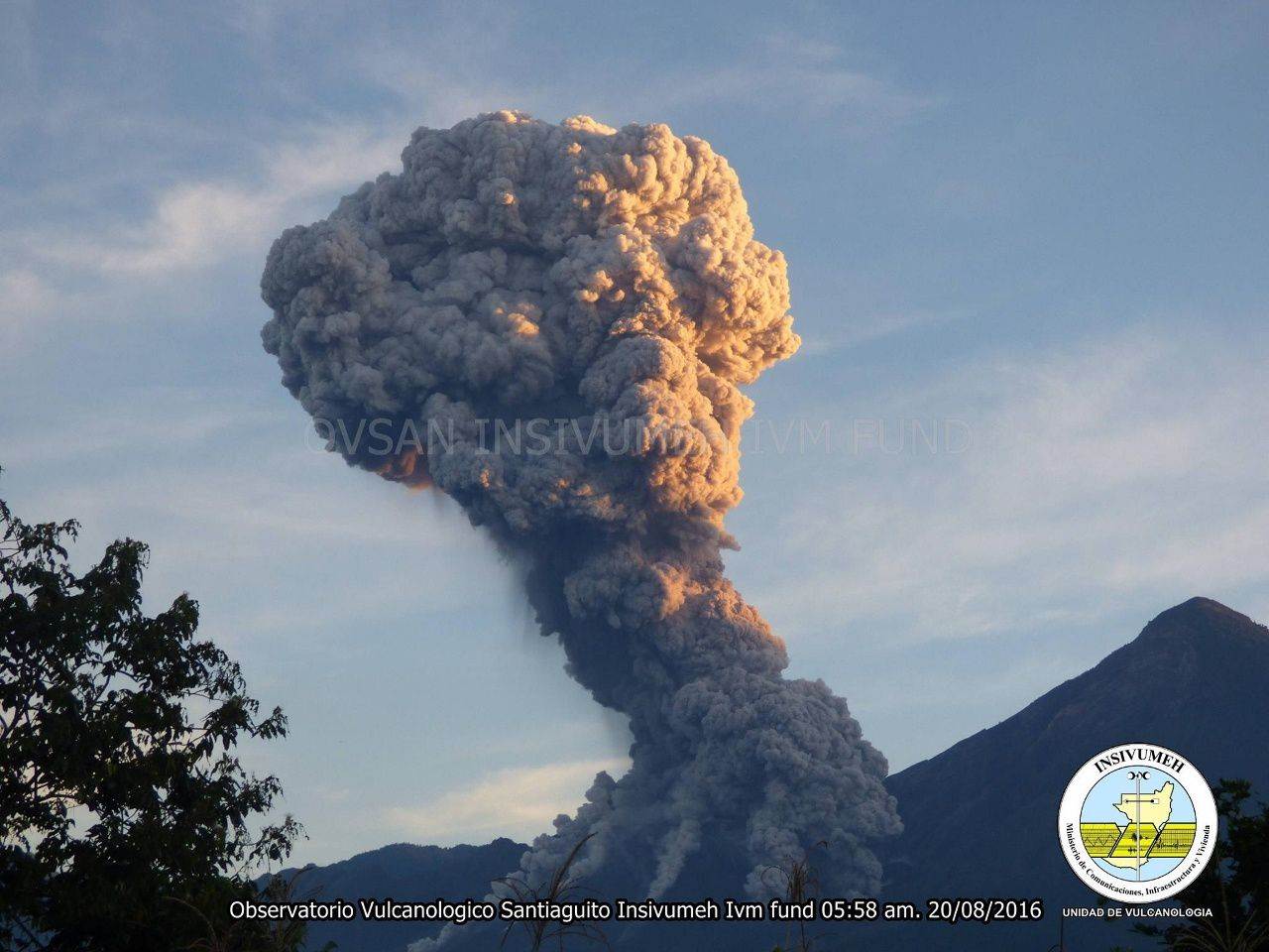 Santiaguito - explosive eruption 08.20.2016 / 5:58 loc. - Photo INSIVUMEH