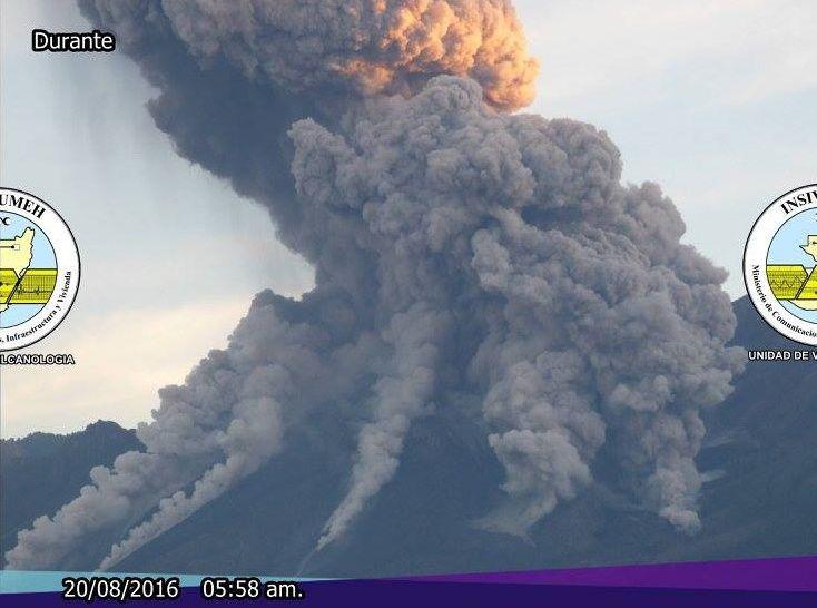Santiaguito - 20.08.2016 / Avant , pendant, et après - Séquence OVS Insivumeh et zoom sur les coulées pyroclastiques - un clic pour agrandir