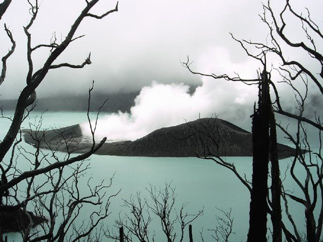 Ambae - tuff cone in Lake Vui on 18.01.2006 and his internal steaming lake. - Courtesy Professor Alain Bernard / ULB / in GVP