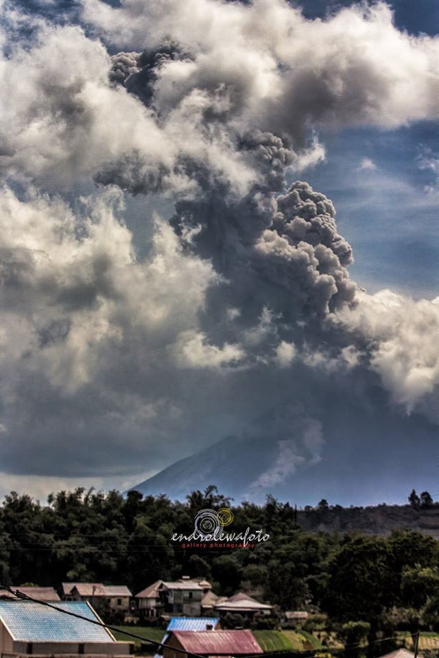 Sinabung - plume mixed with clouds 08.27.2016 / 2:45 p.m. loc. - Photo endrolewa