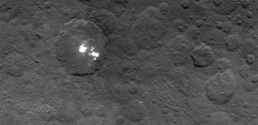 Bright spots on Ceres photographed by the Dawn probe on 6 June 2015 - Doc. NASA / JPL Caltech / UCLA / MPS / DLR / IDA