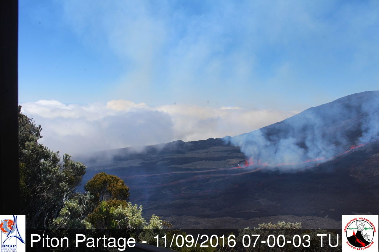 Piton de La Fournaise - lava fountaining to 7:00 TU / 11.09.2016 - Webcam Piton Partage / OVPF