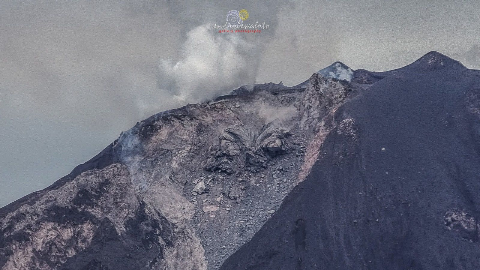 Sinabung - 07.09.2016 / 9:18 loc the lava washed out symmetrically - photo EndroLewa