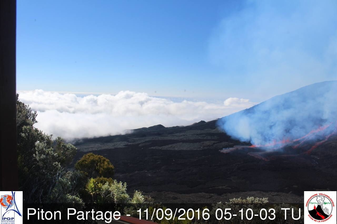 Piton de la Fournaise - the eruption from the webcam Piton Partage - 11.09.206. 5:10 TU - OVPF