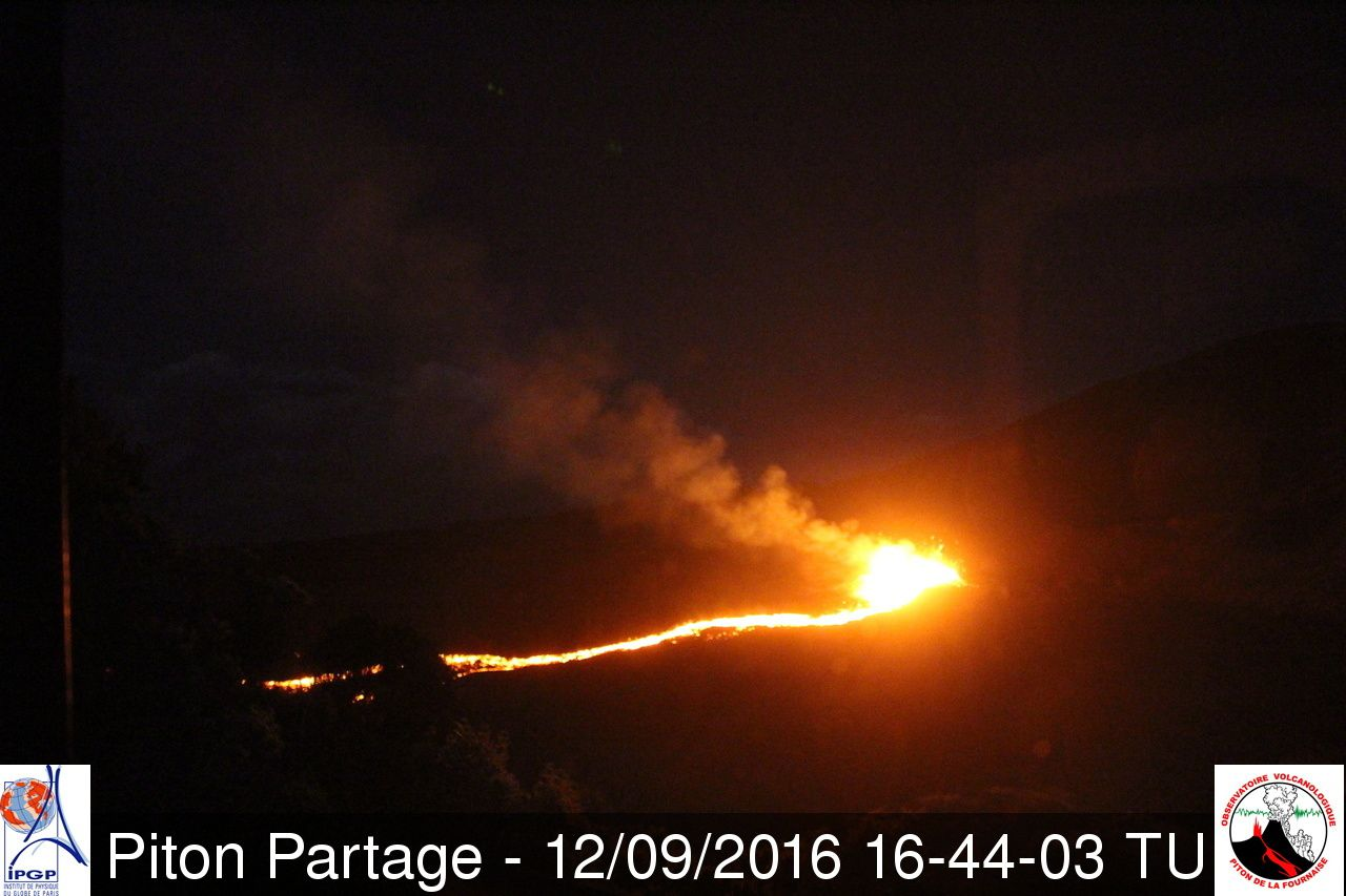 Piton de la Fournaise - fountaining and unique flow  09.12.2016 / 4:44 p.m. GMT / 8:44 p.m. local - webcam Piton Partage OVPF