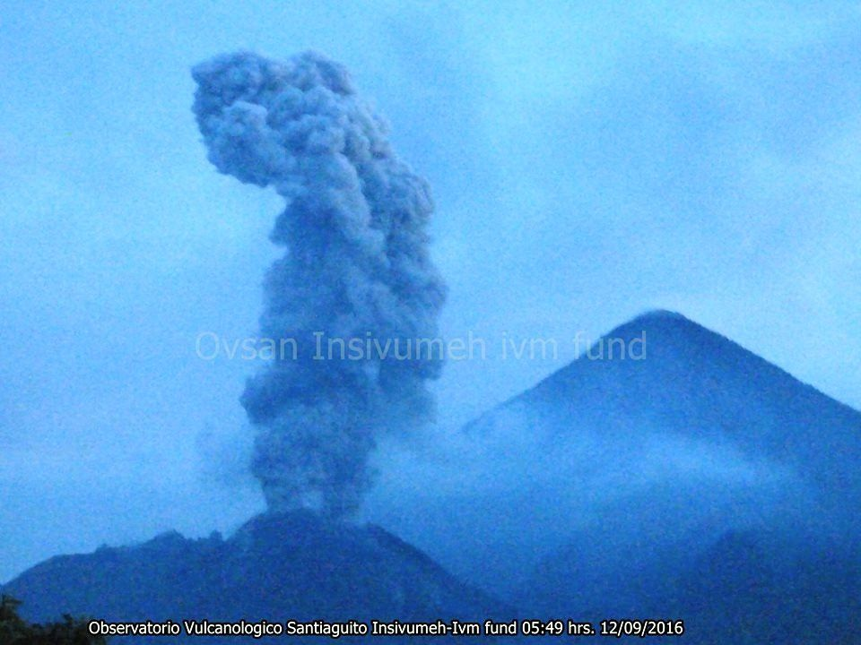 Santiaguito - small plume 09.12.2016 / 5:49 - photo INSIVUMEH