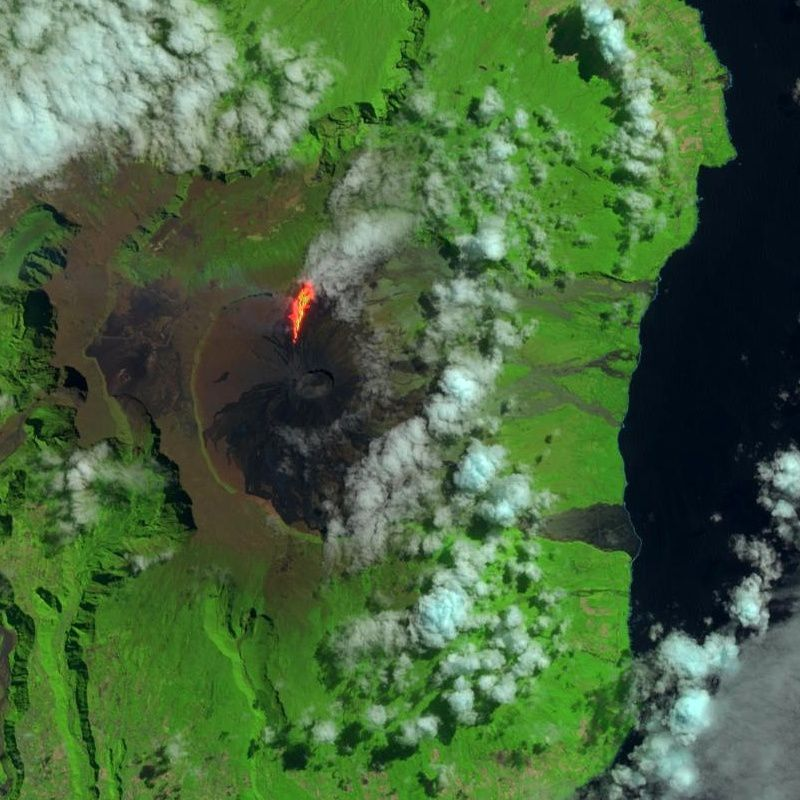 The Piton de la Fournaise seen by Landsat 8 on the first day of the eruption - USGS Photo / Nasa 11/09/2016