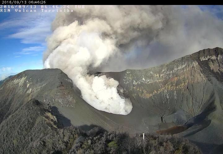 Turrialba - emission of ash and gas on 13.06.2016 - RSN webcam