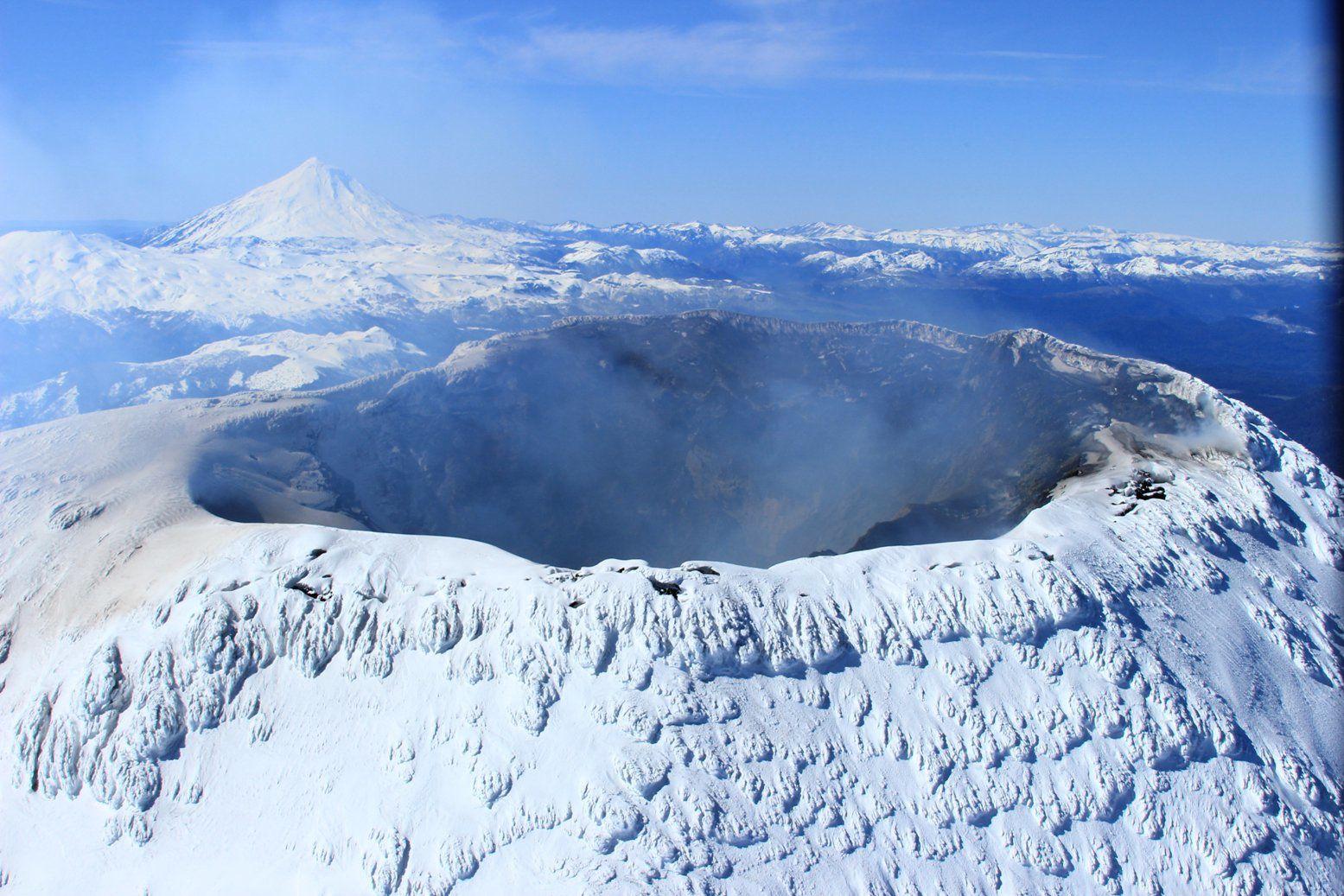 Villarica - parois intérieures du cratère recouvertes de cendres - photo Sernageomin