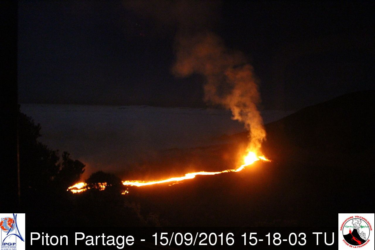 Piton de la Fournaise on 09/15/2016 / 3:18 p.m. GMT / 7:18 p.m. local - after the collapse of the wall, the lava flow is well powered -  webcam Piton Partage OVPF