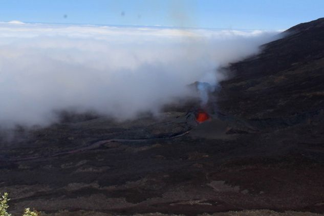 Piton de la Fournaise – progressive closure ot the northern cone and reduction  of the lava flow - according to the image of the webcam Piton Partage the 15.09.2016 /  to 9:54 TU / 1:54 p.m. local - OVPF